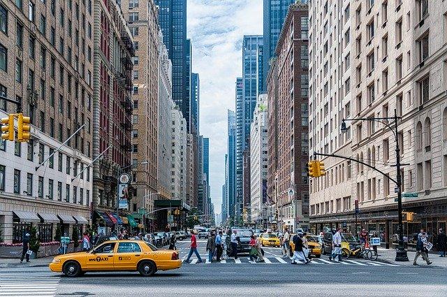 questa immagine mostra una strada di new york
